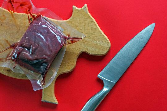 Zubereitung von Rindfleisch noch in Folie für ein Fondue