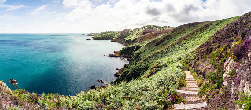 Insel Jersey, United Kingdom, Küstenlandschaft zwischen Bouley Bay und Gorey Bay. Küste, Meer, Strand, wandern, Treppe, Weg, Küstenweg.