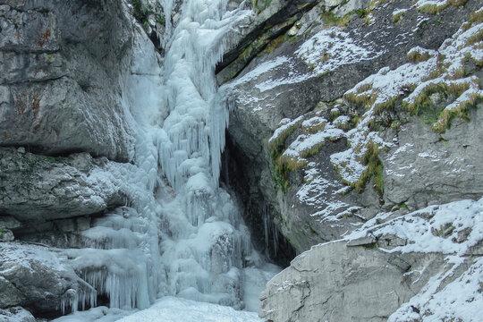vereister Wasserfall über Felsen in Österreich
