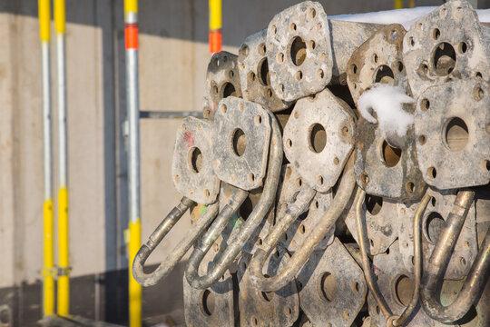 Auf der Baustelle: Stapel von Stahlrohr Deckenstützen für den sicheren Hochbau
