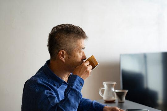 コーヒーを飲む日本人シニア男性