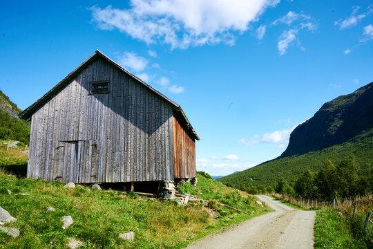 schöne Hütte in den Bergen mit blauem Hintergrund