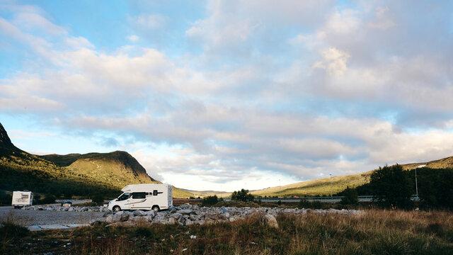 Mit dem Wohnmobil in Norwegen in den Bergen Camping