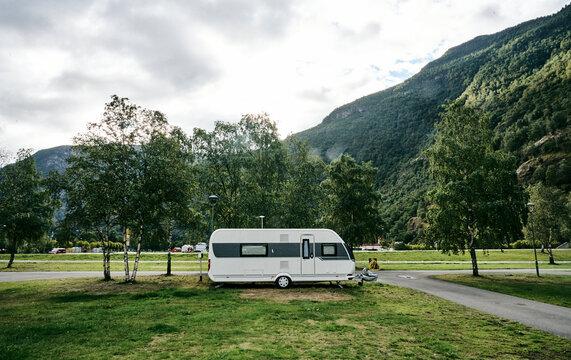 Campingplatz in Norwegen mit Wohnwagen mit Bergen im Hintergrund