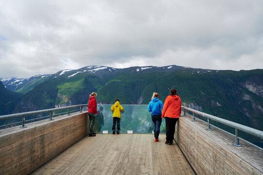 Aussichtsplattform in Norwegen über dem Fjord