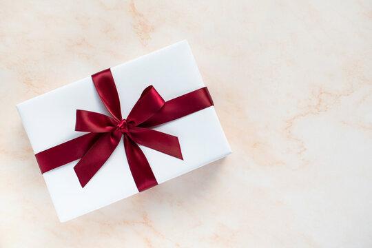 하얀 선물상자와 배경