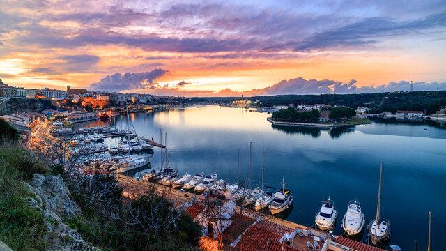 Puerto de Mahón al atardecer en la Isla de Menorca