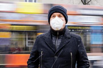 Mann mit FFP2 Maske wegen Corona Maskenpflicht im öffentlichen Nahverkehr in Deutschland Sachsen...