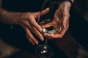 Obraz Cropped Hands Of Woman Holding Empty Wineglass - fototapety do salonu