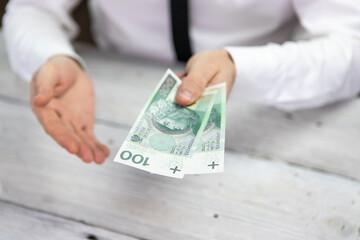 Obraz Sto złotych w ręce, Polski banknot, gotówka - fototapety do salonu