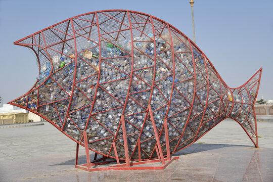 Fische fressen den Plastikmüll in den Meeren Nahrungskette Mikroplastik in den Meeren Protestaktion Umweltverschmutzung Umwelt Skulptur Aktion. Sur, Oman 1. Oktober 2019