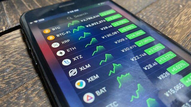 iPhoneアプリの仮想通貨(暗号資産)値動き/チャートウィジェット画面。ビットコイン/投資/資産運用/経済/フィンテック/ブロックチェーン/テクノロジーイメージ。2021年1月撮影/日本