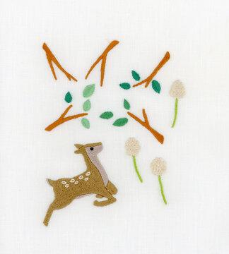 鹿とシロツメクサと木の枝の刺繍