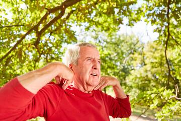 Senior Mann macht Atemübung und Meditation