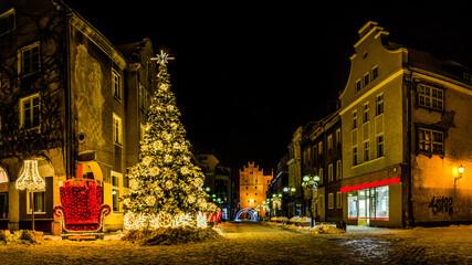 zimowa noc w Olsztynie w północno-wschodniej Polsce - fototapety na wymiar