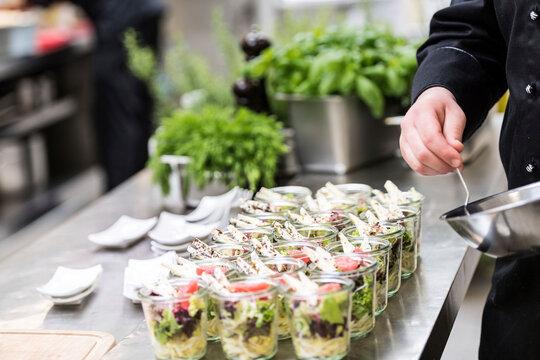 Catering Buffet mit Salat in kleinen Gläsern
