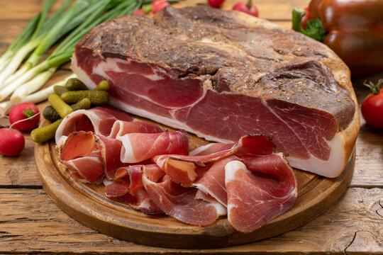 carne di porco speck  tradizionale su taglieri di legno
