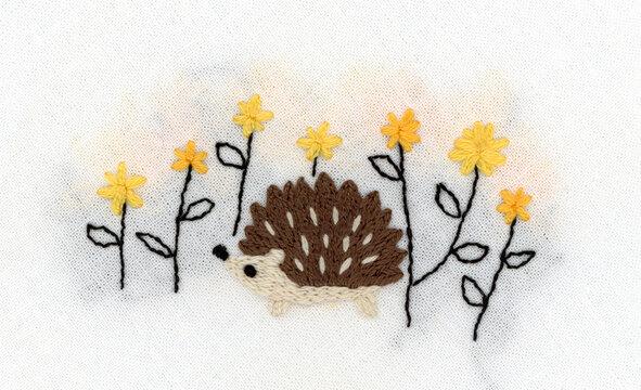 ハリネズミと黄色い花の刺繍