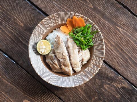 ご飯の上に乗せた鶏肉の料理、海南鶏飯(ハイナンチキンライス)。