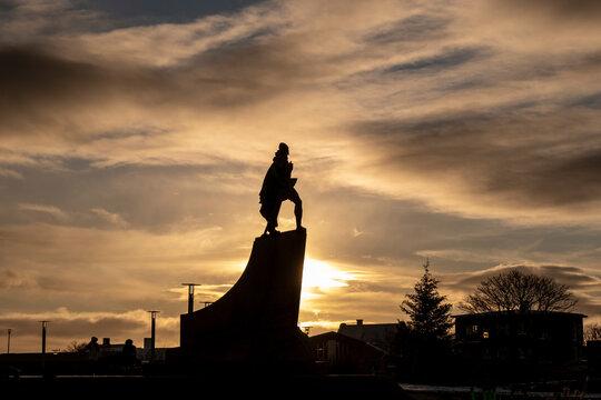 Silhouette der Statue von Leif Erikson in Reykjavik.
