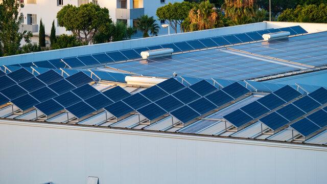 Paneles solares fotovoltaicos en el tejado de una nave industrial de Mijas