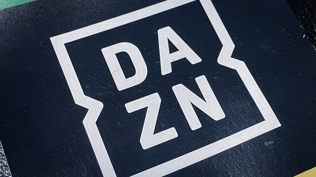 DAZN(ダゾーン)ロゴ。スポーツ専門 定額制動画配信サービス。サブスク/ストリーミングサービスのプリペイド・ギフトカード。おこもり消費/巣ごもり生活/ステイホーム/おうち時間/ウィズコロナな日常。2021年1月撮影/日本