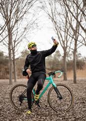 Fototapeta Hombre consultando GPS en su smartphone explorando mapas mientras monta en bicicleta. obraz