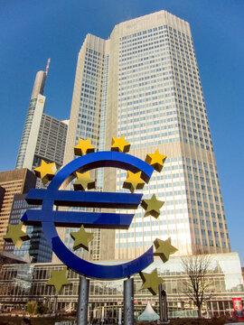 Symbole euro devant des immeubles à Francfort