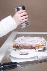 Fototapeta Szarlotka deser posypywanie cukrem pudrem
