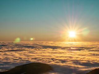 wschód słońca nad chmurami