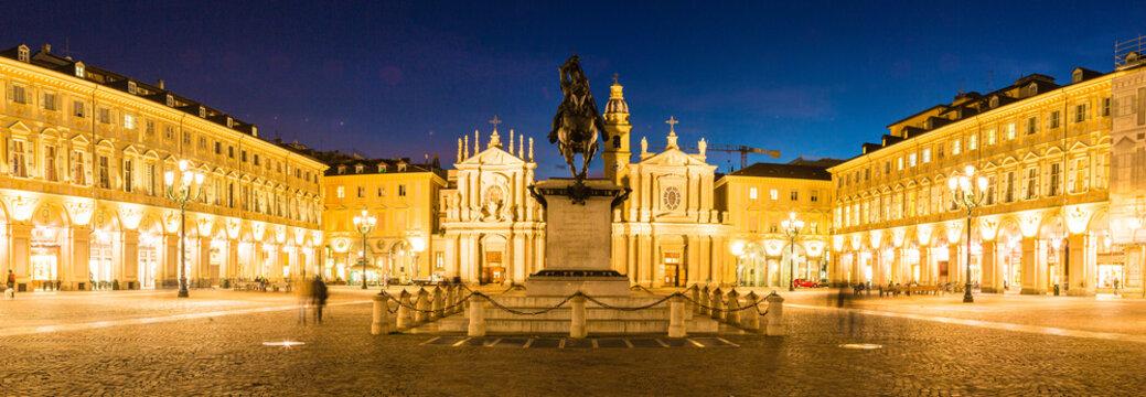 イタリア トリノのサンカルロ広場の銅像と双子の教会