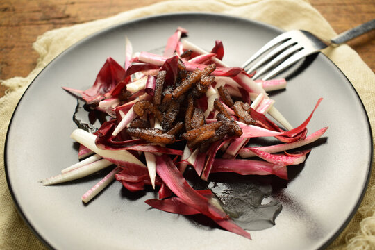 Radicchio rosso con pancetta fritta ft0202_0418 Red chicory with fried lard Punainen juurisikuri paistettua sardia