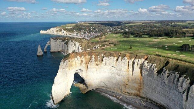 ville d'Etretat en Normandie et ses falaises vue du ciel