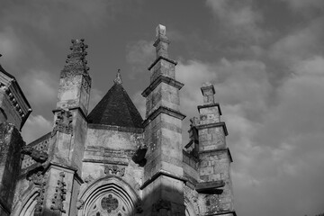 Eglise pointant vers le ciel nuageux Fotobehang