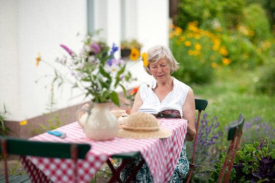 Seniorin im sommerlichen Garten