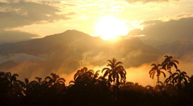 Atardecer en las montañas del pacifico colombiano