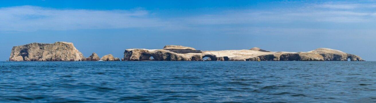 Panorama der Ballestas Insel vor Pisco in Peru - Ica Region mit Vogelkolonien
