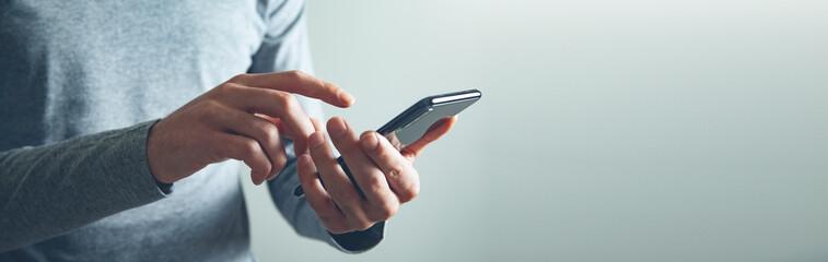 Obraz man hand holding smart phone - fototapety do salonu