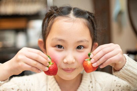 イチゴを持った女の子
