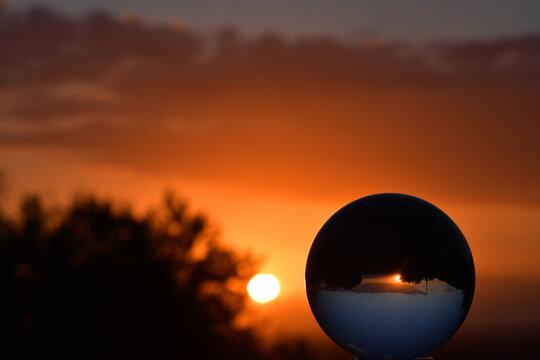 Sfera di vetro al tramonto