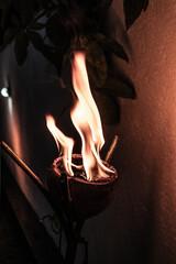 Zbliżenie na ogień na ciemnym tle, naturalna azjatycka pochodnia z kokosa.