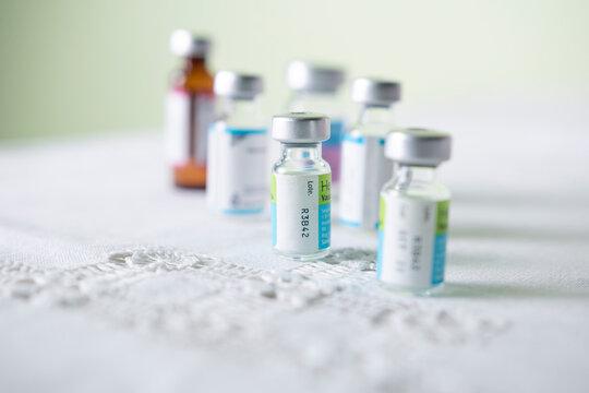 contenedores de cristal que contienen fármaco y o vacuna que será aplicada para adultos mayores