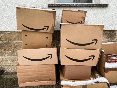 Kartons und Pakete von Amazon im Winter - Nürtingen 17.01.2021