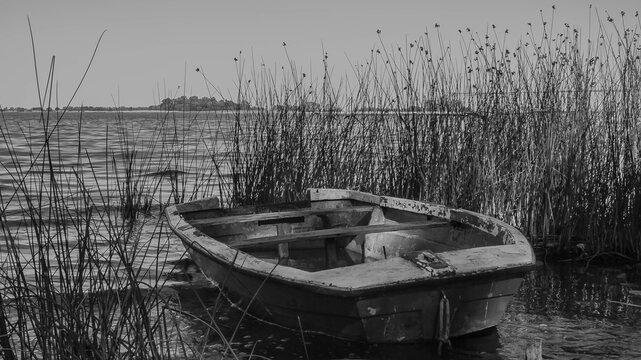 _Bote de madera abandonado en la Laguna de Lobos, Localidad de Buenos Aires.