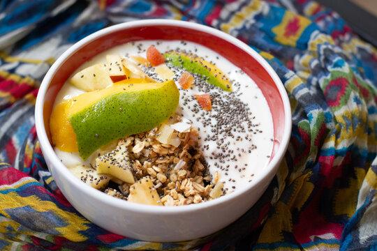 Desayuno de Yogurth con granola, frutas y semillas de chia