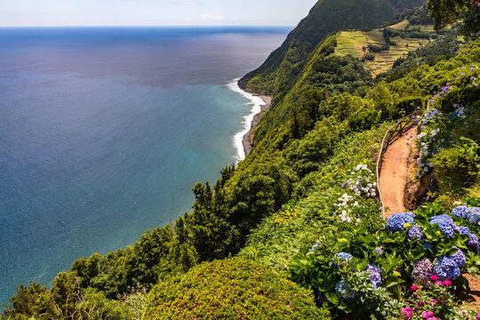 Einsamer wunderschöner Aussichtspunkt mit Blick auf das Meer und die üppige Natur der Azoren