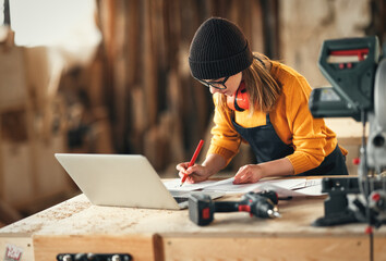 Obraz Artisan woman working in carpentry workshop - fototapety do salonu