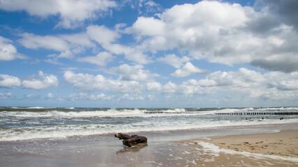 Plaża i fale nad morzem Bałtyckim