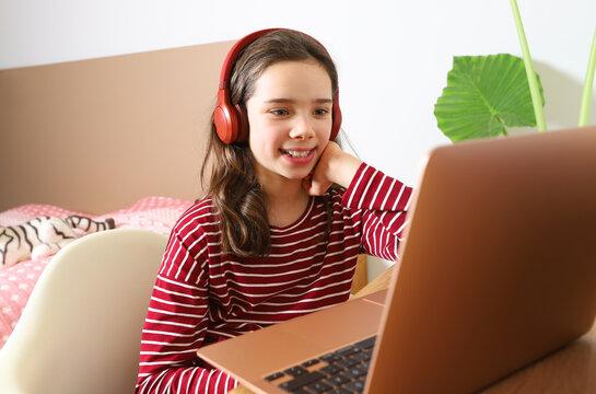 Ein Mädchen nimmt an einem Videochat mit der Schulklasse teil am 13.01.2020