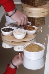 Fototapeta Ziarna przekąska humus dłoń